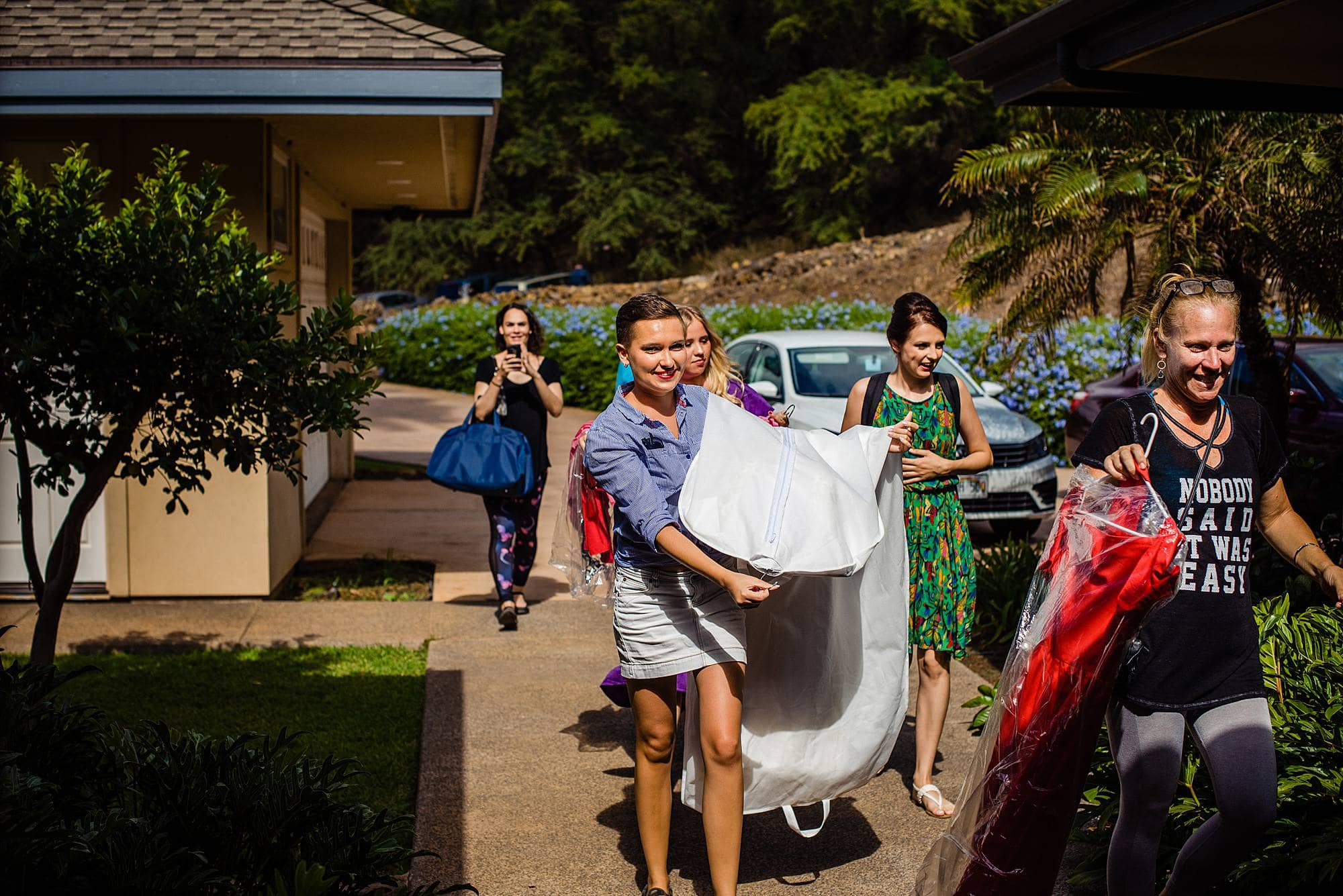 bride walking into kukahiko estate for her wedding